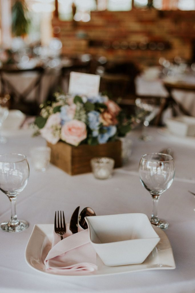 Menyasszonyi csokor, pasztell menyasszonyi csokor,esküvő dekor, pin, vakvarjú csónakház, dunapart esküvő, ültetési rendesküvő