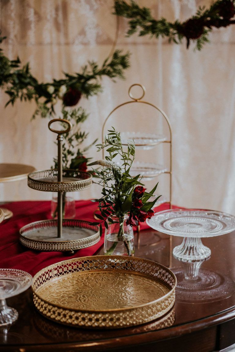 Vajdahunyadvára, esküvő, köszöntő tábla, burgundy esküvő, arany dekor, desszertasztal