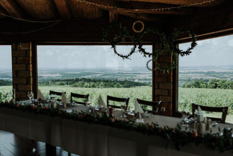 Hilltop esküvő, szőlőbirtok esküvő, blush wedding decor, wedding decor budapest