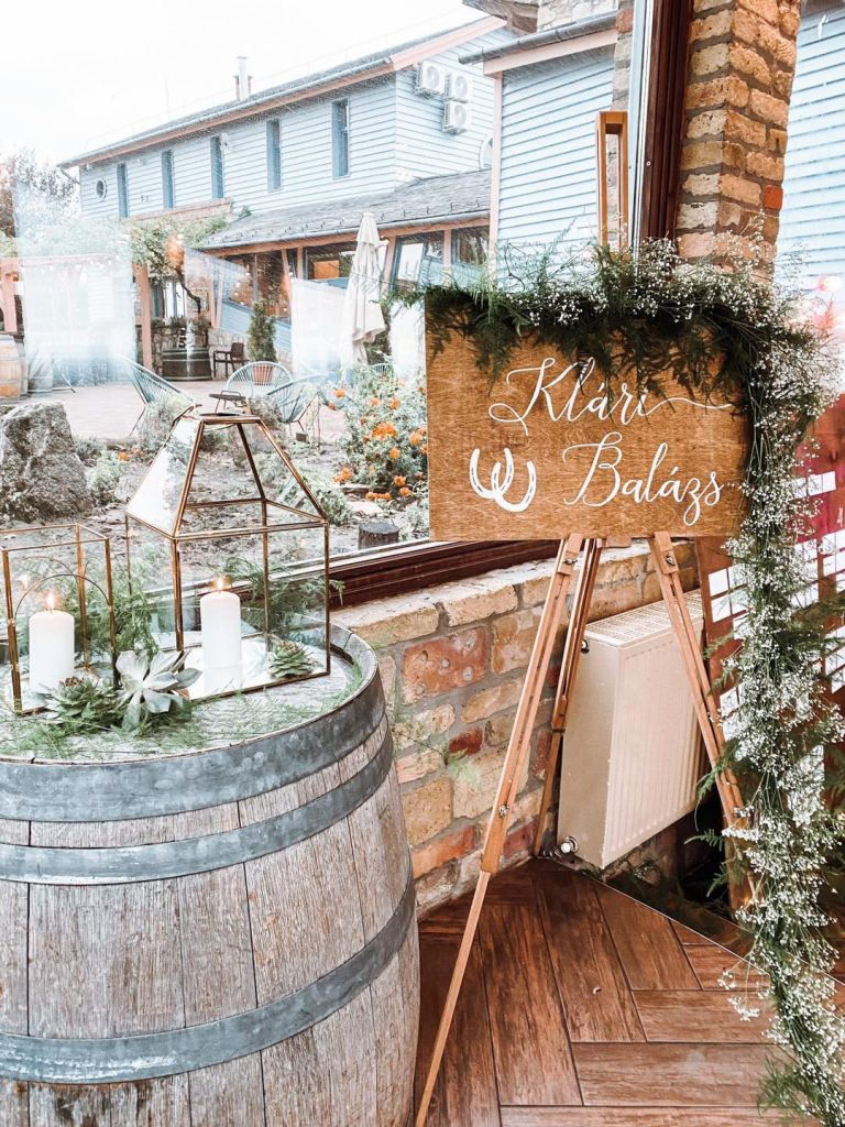 esküvői-dekoráció-üdvözlő-tábla-esküvői-dekoros